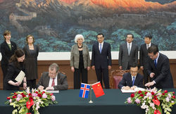 CHINA-BEIJING-LI KEQIANG-ICELAND-PM-SIGNING CEREMONY (CN)